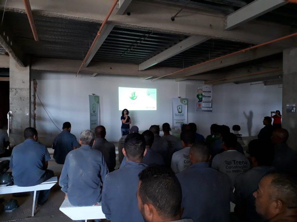 Trabalhadores assistem apresentação sobre Segurança e Saúde no Trabalho