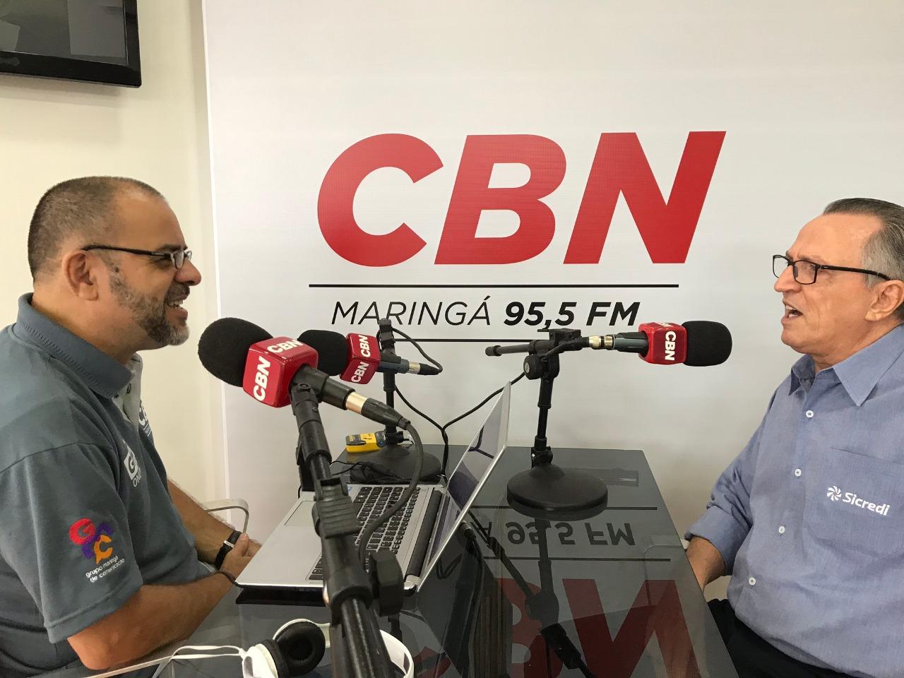 Apresentador da CBN em Maringá Gilson Aguiar entrevista Wellington Ferreira, do Sicredi União. Foto: CBN Maringá